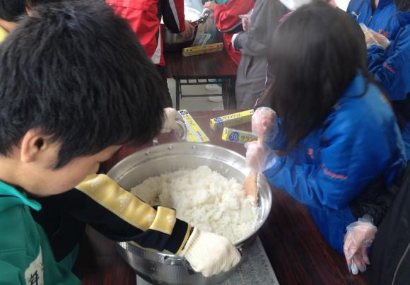 中学生の初めての炊き出しご飯